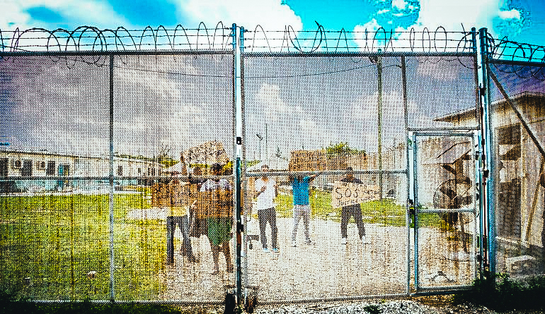 Foto tomada por el diario local Cayman Compass que muestra a los migrantes cubanos en protesta dentro del Centro de Detención en Islas Caimán.