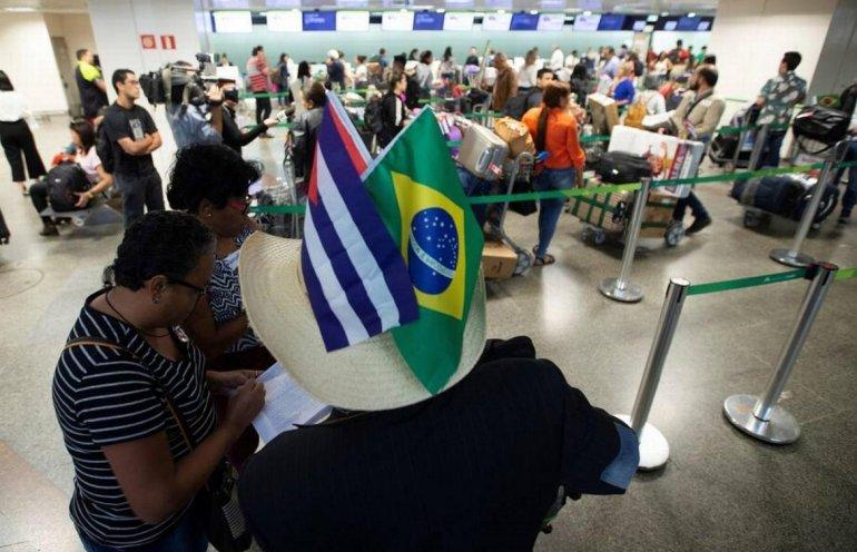"""Galenos cubanos salen de Brasil tras dejar el programa """"Más Médicos"""". El país sudamericano aún contabiliza la cifra de los que decidieron no regresar a la isla.EFE"""
