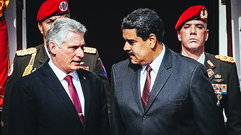 Miguel Díaz-Canel (izq.), designado gobernante cubano, conversa con el dictador venezolano Nicolás Maduro.EFE