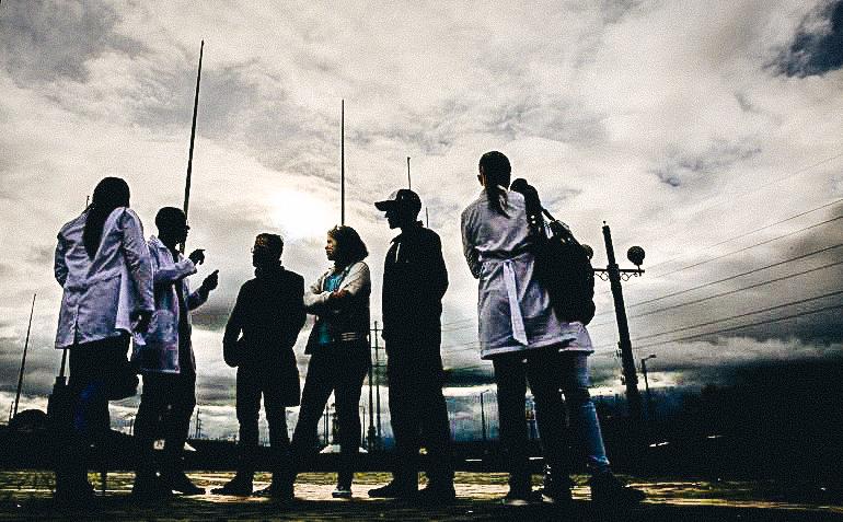 Fotografía del 16 de abril de 2017 de un grupo de médicos cubanos reunidos en Bogotá, Colombia, tras abandonar las misiones médicas en las que laboraban en Venezuela.EFE/LEONARDO MUÑOZ