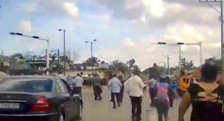 Carro oficial saliendo de la zona afectada en medio de gritos de los vecinos. Diario de Cuba