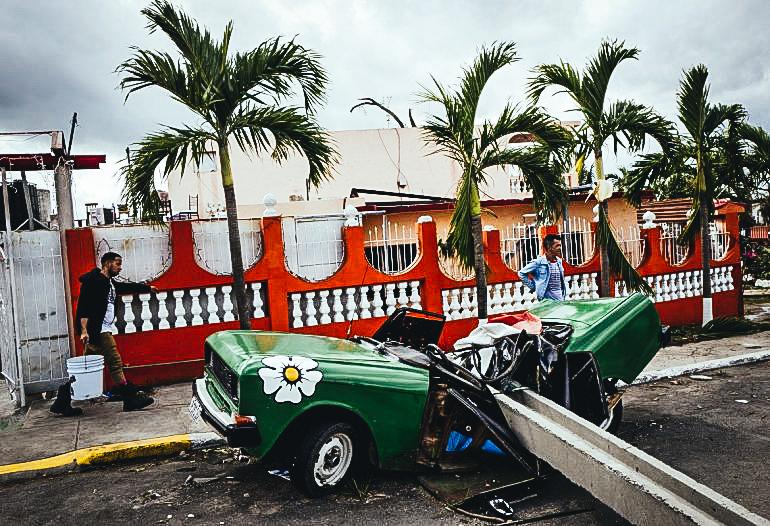 Un vehículo quedó destruido por un poste de luz que le cayó encima. Eliana Aponte/dpa