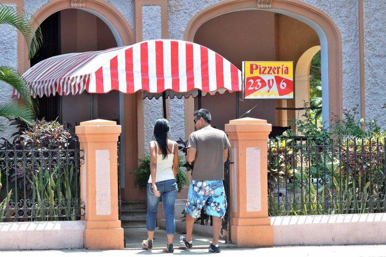 Fotografía de archivo fechada en marzo de 2011 de una pareja que entra a una pizzería en La Habana, Cuba.
