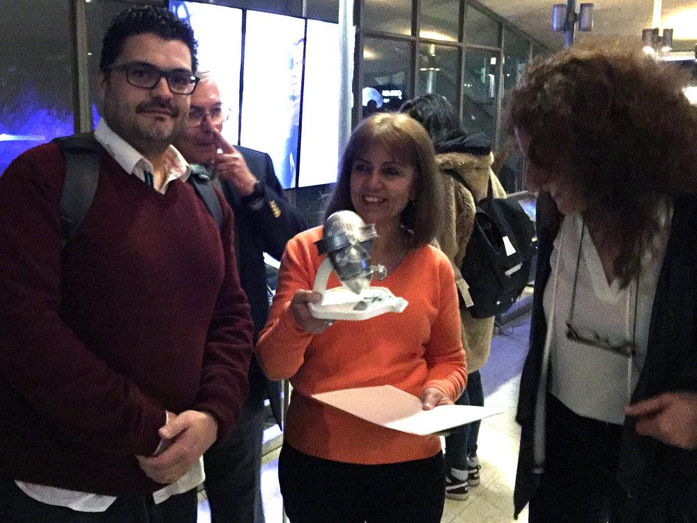 La muy emotiva entrega de GALILEO 3D a la Licenciada Graciela P. Cacace, líder espiritual del proyecto. También la vemos a Laura Molina de Proyecciones Digitales, empresa líder,proveedora de todo el equipamiento tecnológico.