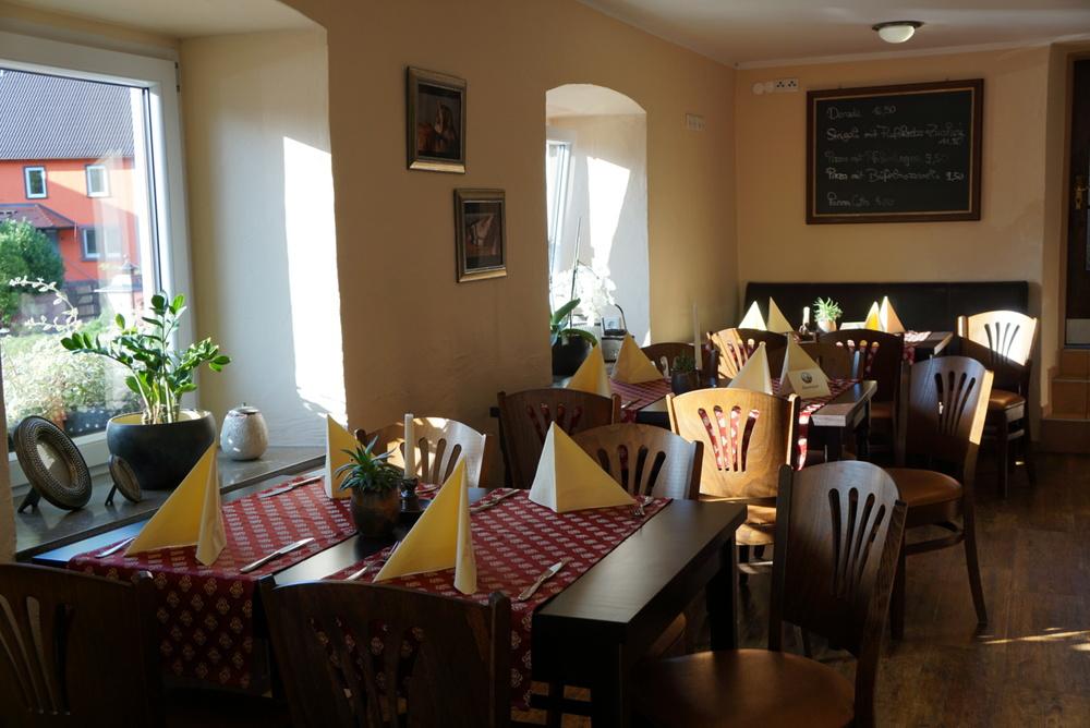 Das Restaurant in gemütlicher Atmosphäre und im Winter mit einem warmen Kachelofen