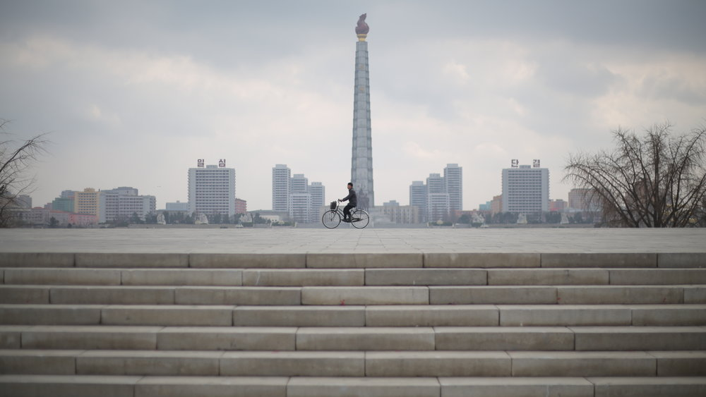 MEMENTO_MathieuCELLARD-COREE DUNORD_4_Pyongyang_homme_vélo.JPG