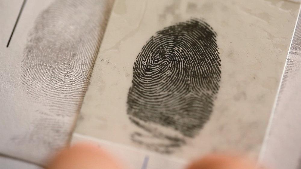 MEMENTO_StephaneROSSI_POLICE SCIENTIFIQUE_8_Gros plan d'une empreinte digitale.jpg