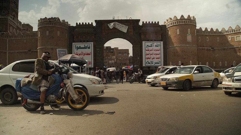 MEMENTO_YEMEN-6_S-ROSSI_Les slogans des rebelles des Houthis s'affichent sur Bab al Yémen, la principale porte d'entrée de la vieille ville de Sanaa.jpg
