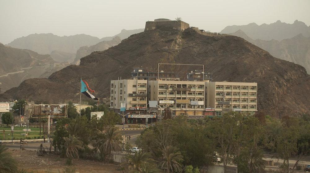 MEMENTO_YEMEN-8_S-ROSSI_A Aden, sous contrôle du gouvernement légitime, le drapeau de l'ancienne République du Sud est toujours très présent 2.jpg
