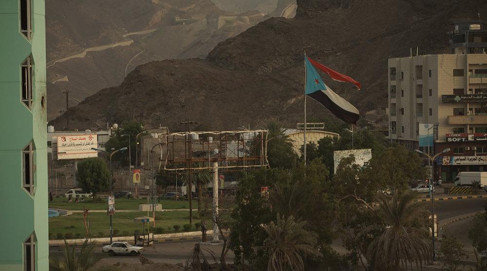 MEMENTO_YEMEN-9_S-ROSSI_A Aden, sous contrôle du gouvernement légitime, le drapeau de l'ancienne République du Sud est toujours très présent.jpg