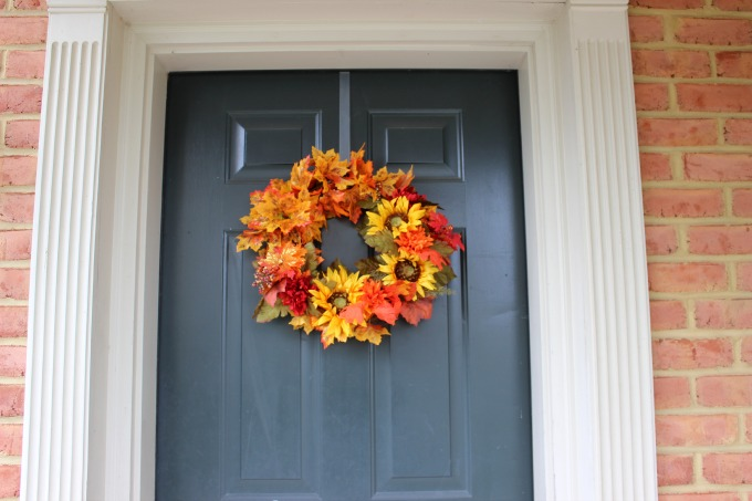 This diy wreath is simple and inexpensive and can be accomplished in an afternoon.  If you don't have anything going on this weekend, this craft is a definite must to try. Click the photo for detailed instructions on making this yourself.    Image found on latinahomemaker.com