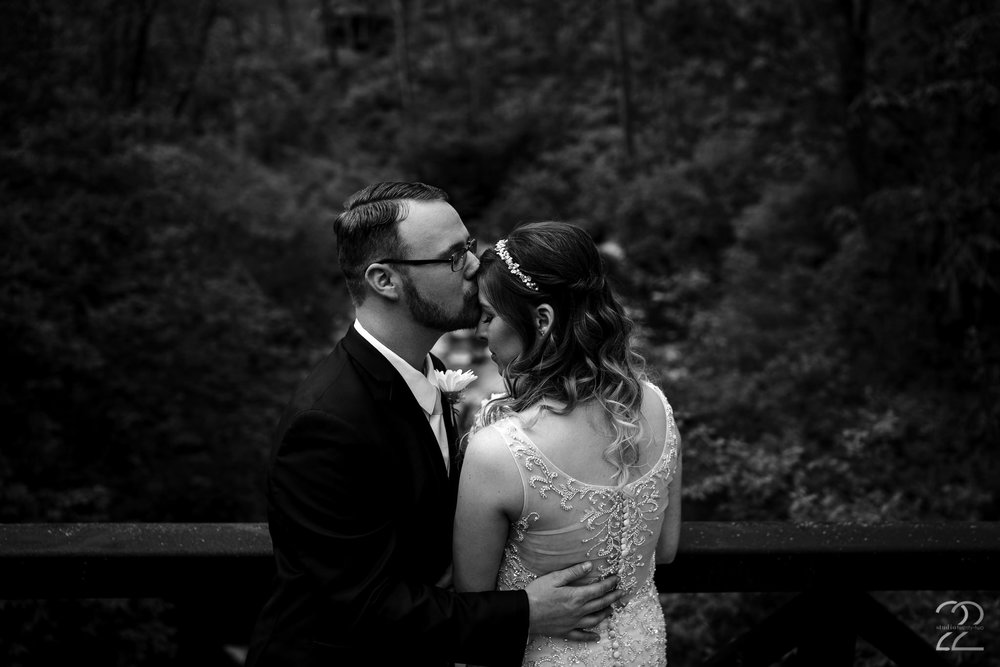 Aston Oaks Golf Club in Cincinnati, Ohio was the perfect outdoor wedding venue for Nick + Erica to start their lives together. With the beautiful putting greens nestled in the woods, with streams gently snaking their way through the course, there was no shortage of amazing backdrops for their wedding portraits.