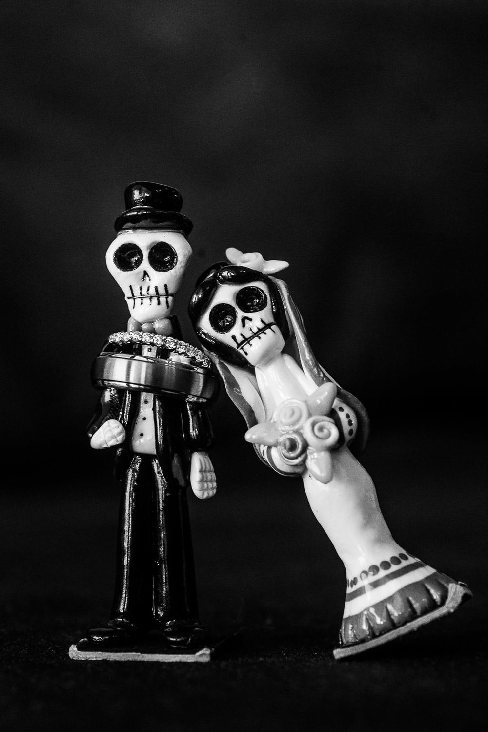 Wedding ring deatils with a mexican bride and groom calacas