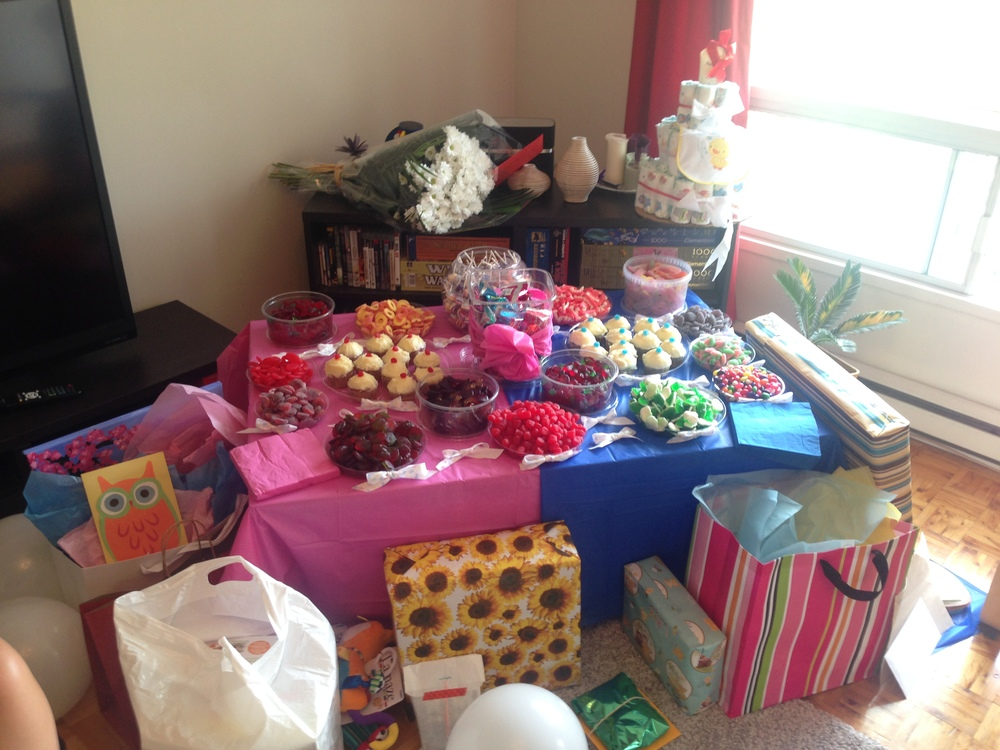 Babyshower Geschenke und Naschi