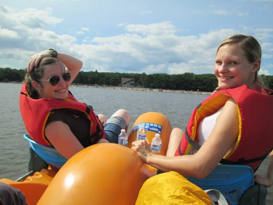 Sommer-Ausflug mit den Kollegen - zwei Schwangere in der ersten Reihe beim Tretbootfahren :D
