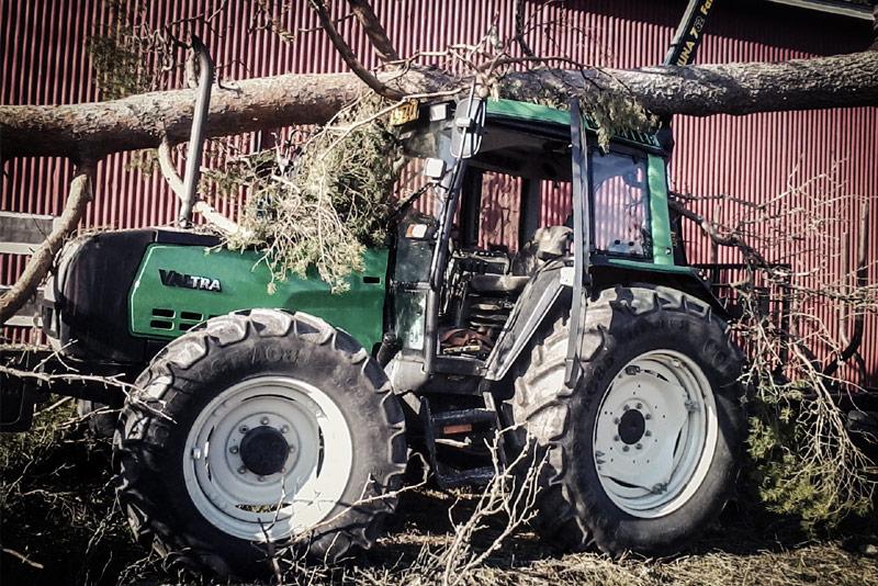 Valtran traktorin kattorakenteet kestivät yllättävän hyvin puun kaatumisen, ainoastaan oven toiminnassa oli ongelmia.
