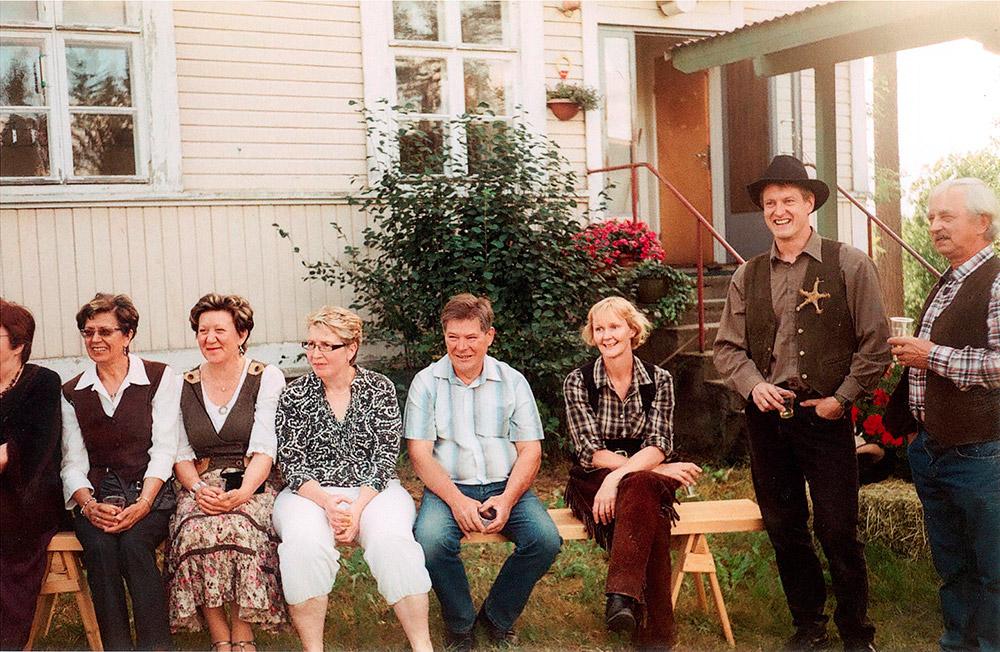 Naapurin Luomulikan juhlien pukukoodi oli lännnenasu.
