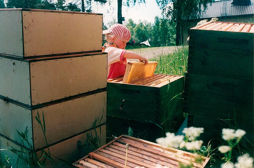 Pienikokoiselle mehiläistarhaajalle on mahdotonta löytää sopivia suojahaalareita.