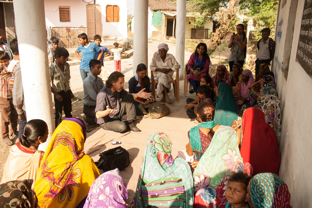 Jon talks to the Community meeting at Dehariya Village in Dhar District. Photography: Praveena Sridhar, FRANK Water India Coordinator