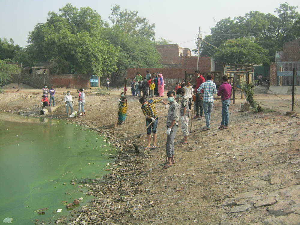 Community Ambassadors Clean a Communal Pond in Slums in Agra