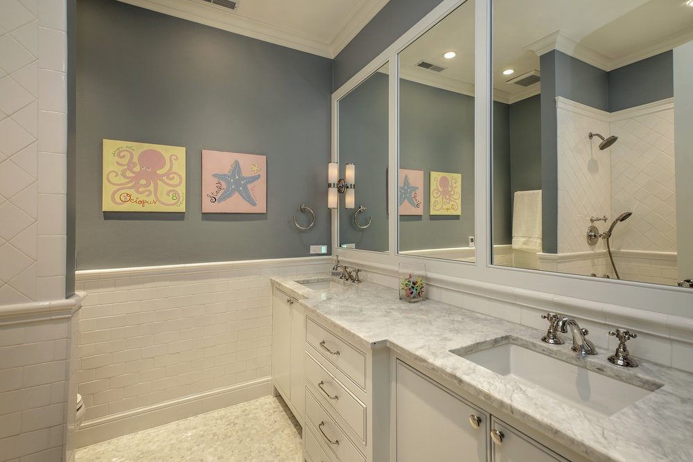 bathroom_2712nlakewood.jpg