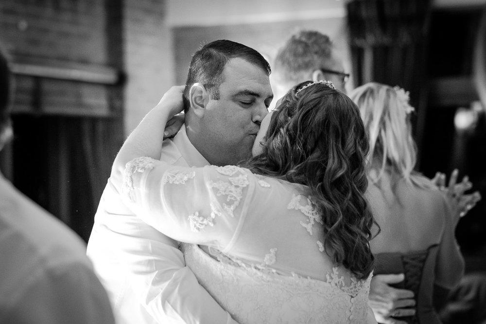 Documentary-wedding-dance-kiss