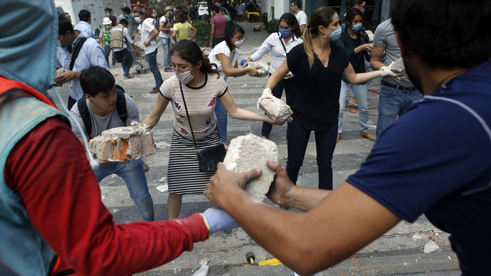 mexico-city-residents-help-clean-up-after-sept-19-quake-e1505937660125.jpg