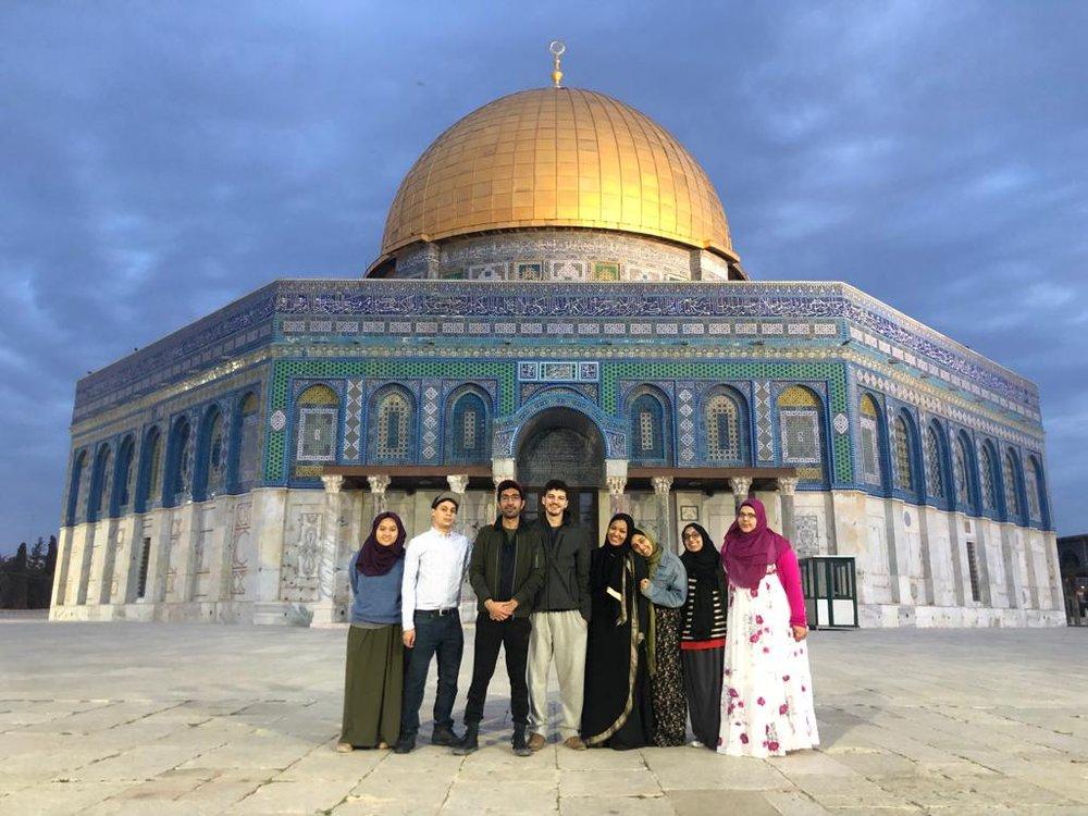 Pal trekkers in front of Al-Aqsa mosque's golden dome