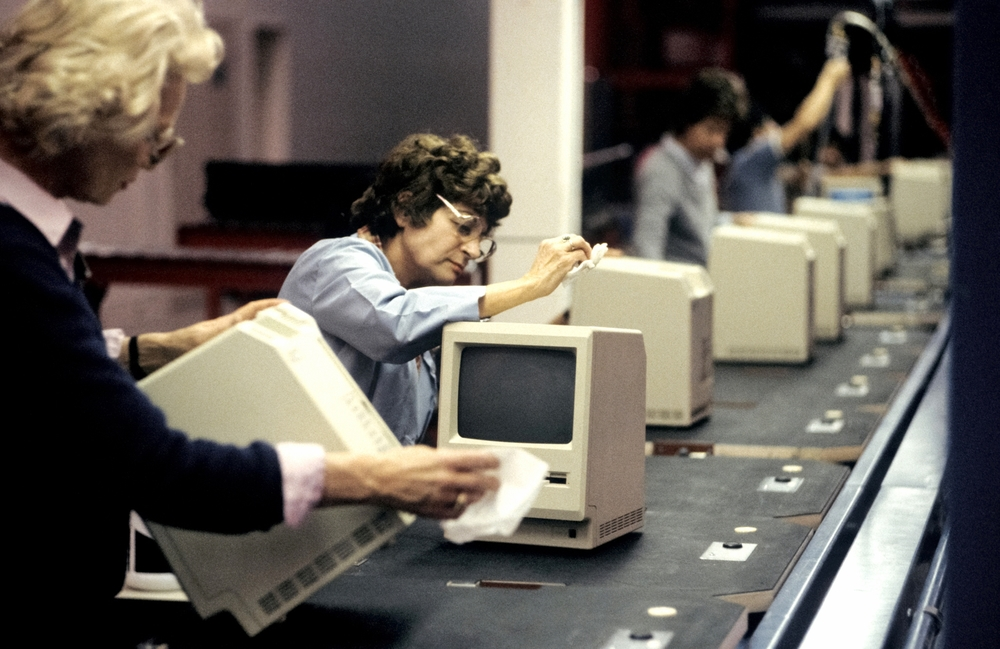 The Macintosh computer assembly line at the Apple factory in Cupertino, CA. January 25, 1984 © Jean-Pierre Laffont