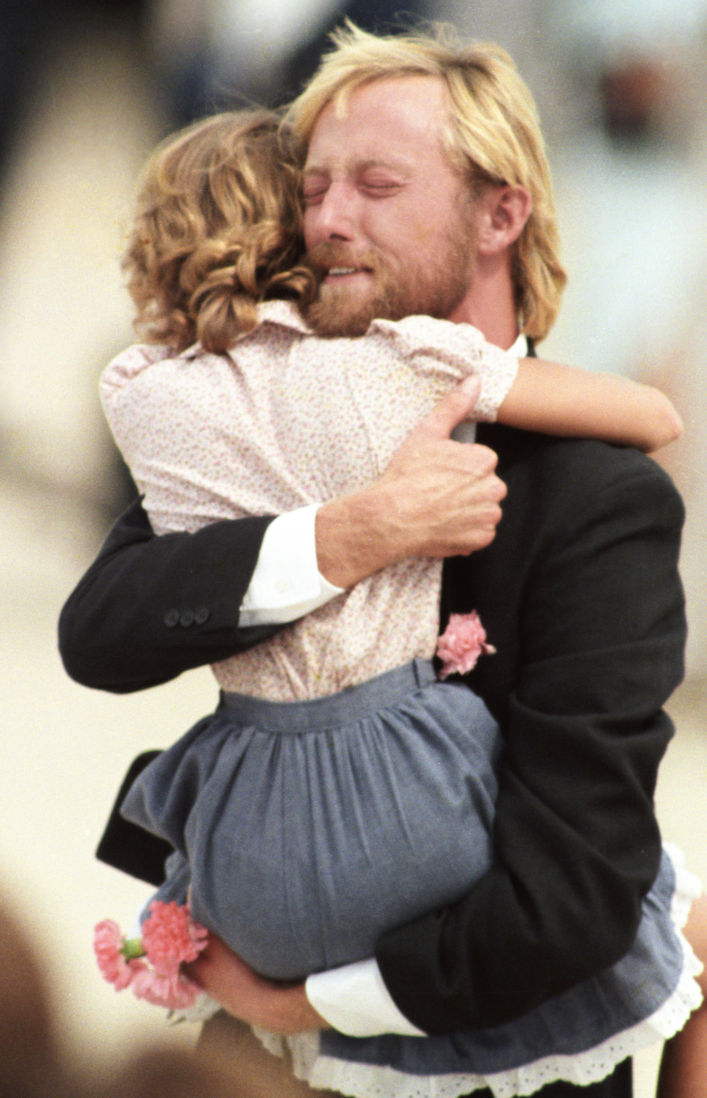 Former TWA flight 847 hostage Victor Amburgy hugs an unidentified girl after his arrival at Andrews Air Force Base. © Bill Frakes/Straw Hat Visuals