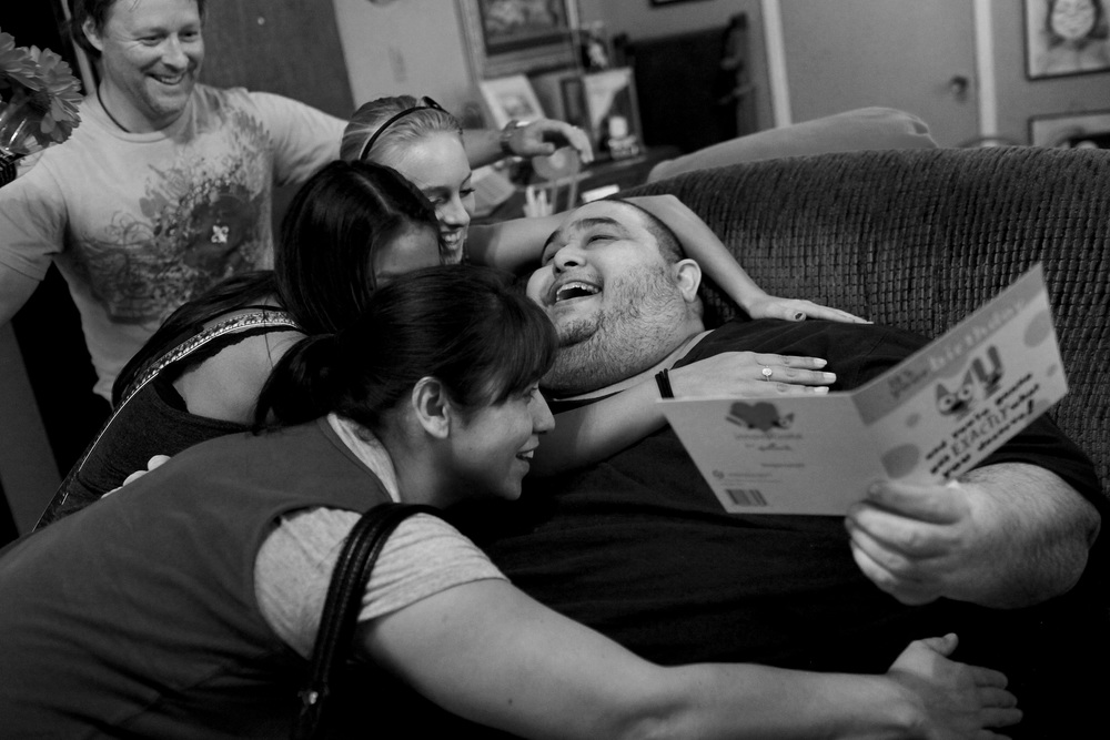 Hector Garcia gets a visit from his family to celebrate his 45th birthday.  © Lisa Krantz/San Antonio Express-News/ZUMA Press