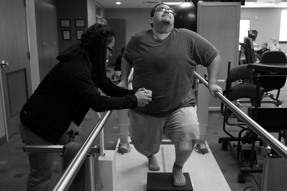 Hector Garcia undergoes physical therapy after his first knee replacement operation.  © Lisa Krantz/San Antonio Express-News/ZUMA Press