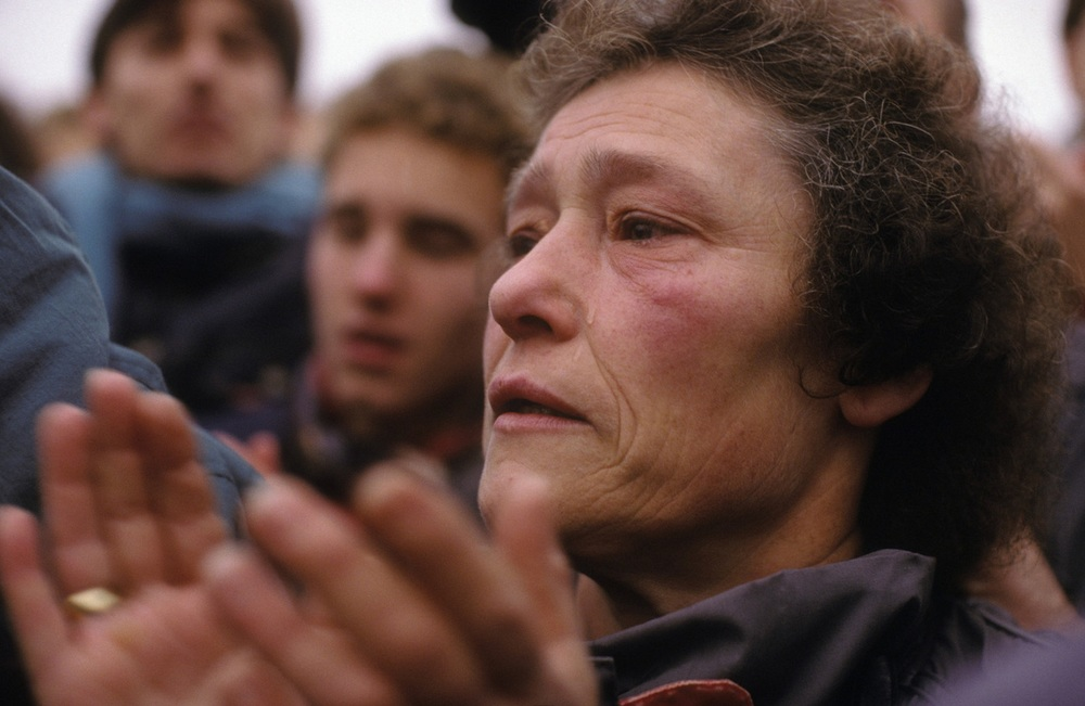 The fall of the Berlin Wall, 1989: A West Berlin woman tearfully welcomes her Eastern family. © 2015 David Burnett/Contact Press Images