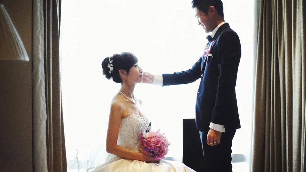 適合沉穩內斂的您 - 由於婚禮當天,攝影師很多時候只有一次的機會選擇如何為您記錄,我們希望能為您補捉更具情感張力及更豐富的畫面,所以我們儘可能不干擾您的流程進行,為您補捉最自然真實的互動。