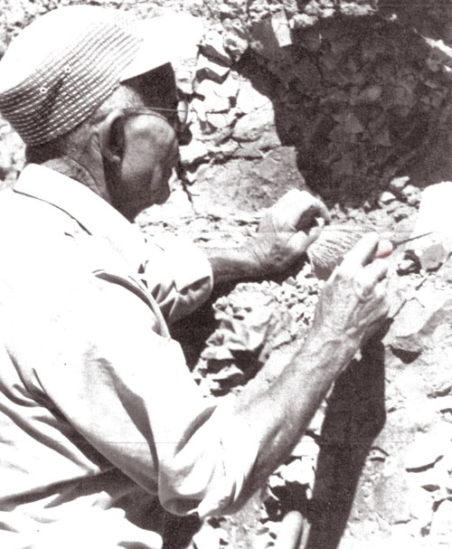 Lon  Han  cock,  working  at  The  Clarno Nut  Bed  s.