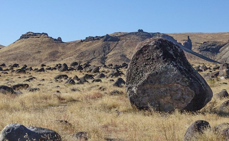 Bonneville Flood boulders on Walters Bar. Guffey Butte, a basaltic maar, is in the background.