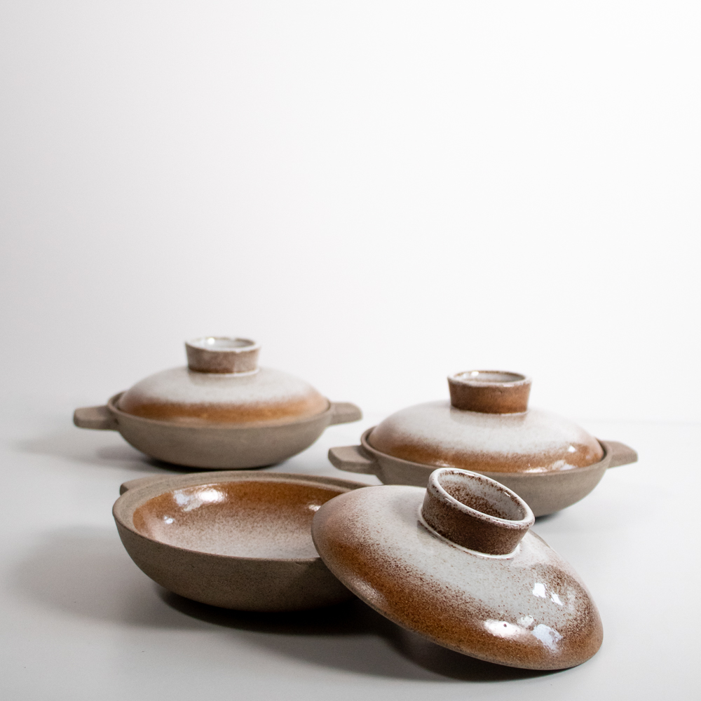 The hotpots are glazed on the inside of the bowl part and the outside of the lid part.