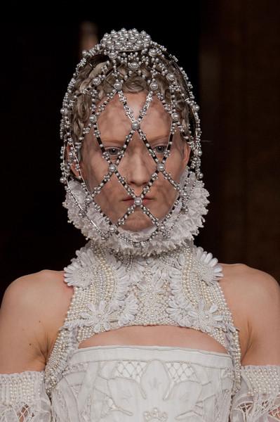 Alexander+McQueen+Fall+2013+Details+twQ-7dlNFmyl.jpg