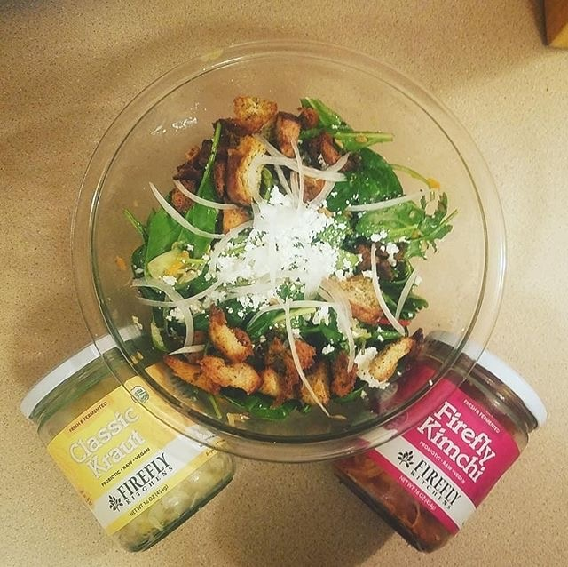@lucefern_donna's salad is ready to top with her favorite flavors!