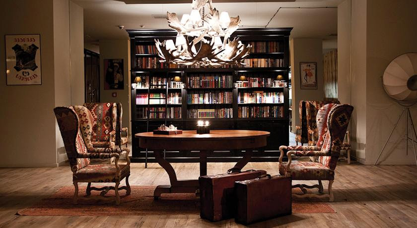 For a night time apertif, it's great to enjoy it in their library with wayuu patterned chairs.