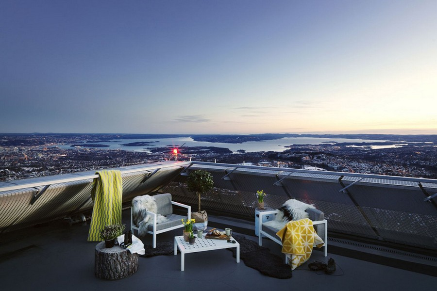 After a day out on the slopes, enjoy a nightcap on the terrace overlooking the town.