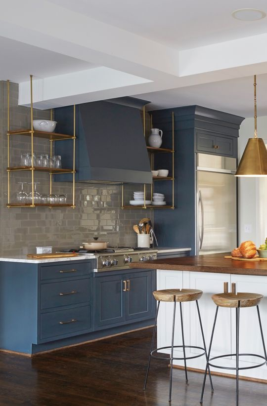 The hanging shelves in the kitchen create a quintessential midcentury modern theme.