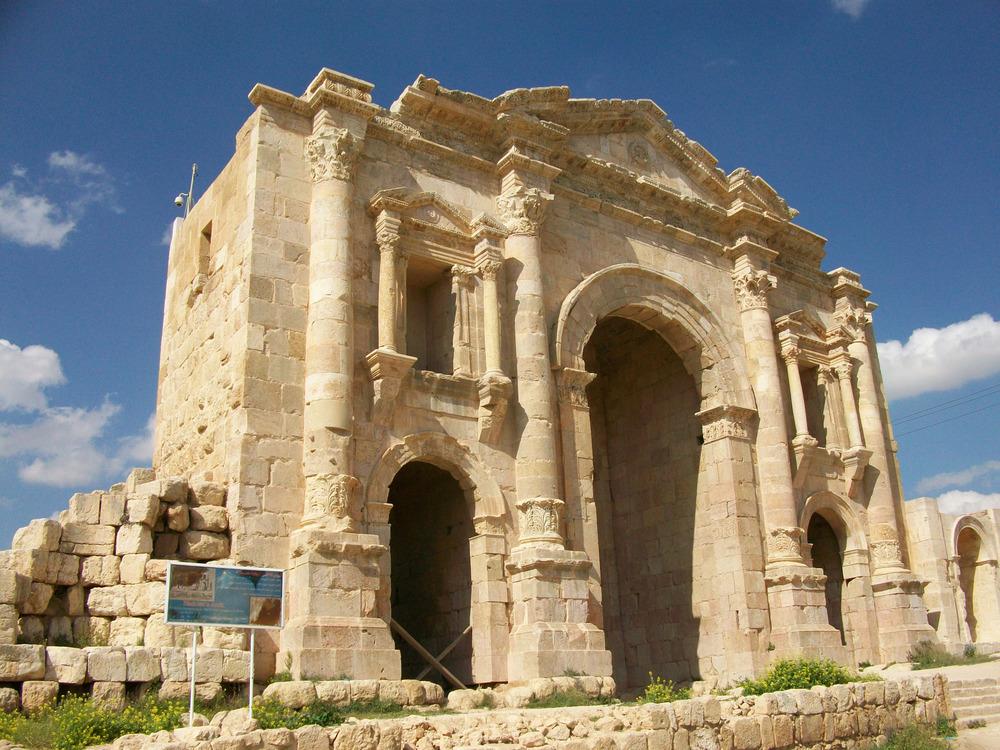 Hadrians_Arch_Jerash.jpg