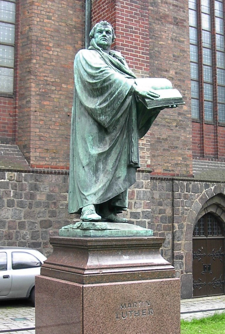 Statue_of_Martin_Luther,_St._Mary's_Church,_Mitte,_Berlin.jpg