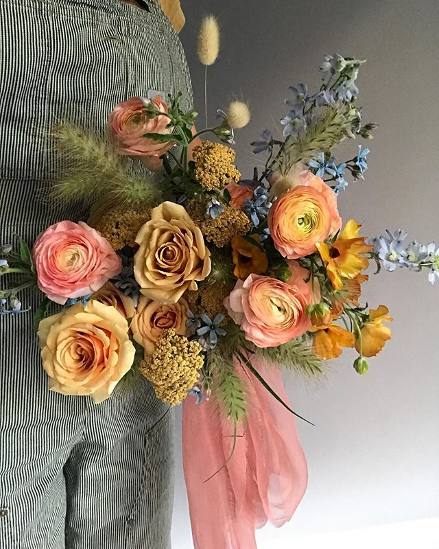 Golden Peach🍑 Gossamer silk ribbon in Coral from @tonoandco #lavendersflowers #bouquet #dsfloral #gold #peach #floraldesign #bridalbouquet