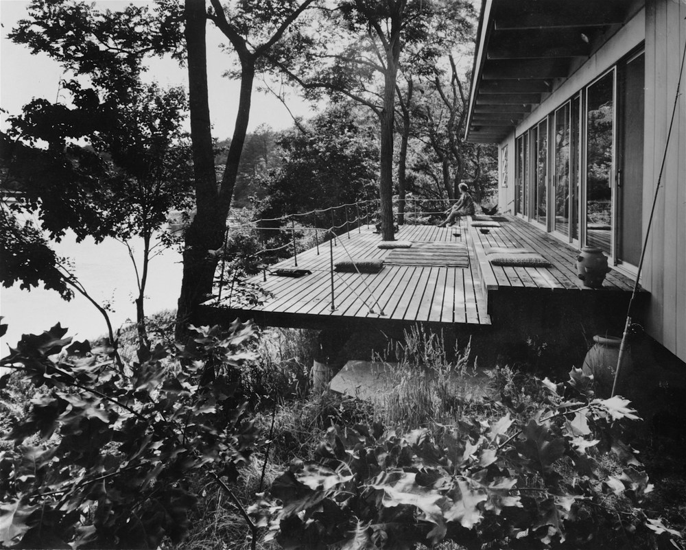 Olav Hammarstrom, Saarinen House (1960, for Lily Swann Saarinen), Wellfleet, Mass., with Marianne Strengell and some of her textile designs on deck Photo: Alexandre Georges for  Interiors,  1962