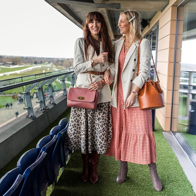 Obsessed with these blush tones 💕 Hannah & Alice of @belleandbunty looking just lovely at ascot yesterday.  I am going to post a little round up of yesterday on my stories in a moment as it was just so much fun.  _ @ascotracecourse @hunt_communications #ascot #ascotracecourse #blogger #lifestylephotographer #ootd #londoncreatives #style #styleinspo #luxurybrand #eventphotographer #luxurybrandphotographer #branding #pr #visualmag #discoverunder5k #freelancer #luxurylifestyle #freelancelife #pasteltones #beautifulblush