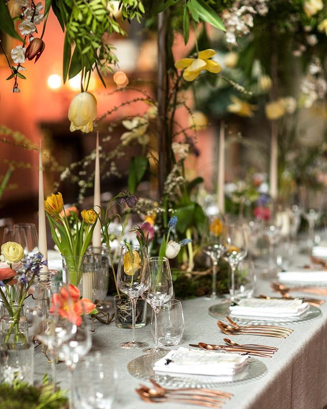 Have you ever seen a tablescape more beautiful that this beautiful Spring set up at @cowdrayestate 🌷 . Completed this edit today, just a couple more jobs left in the to edit pile and then I'm headed north for this weekends photoshoot! _ #luxurylifestyle #cowdray #cowdrayhouse #midhurst #events #luxuryevents #eventphotographer #preferredphotographer #ukphotographer #lifestyle #corporateevents #westsussex #polo #goldcup #tablescapes #under5k