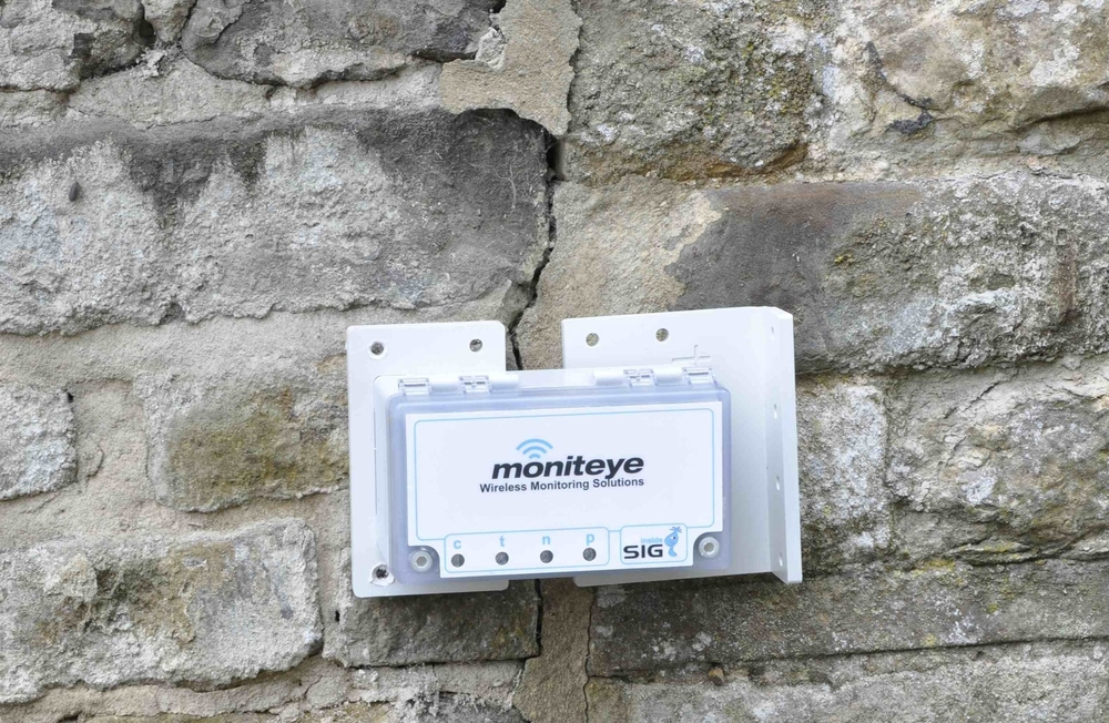 Crack monitoring device on site