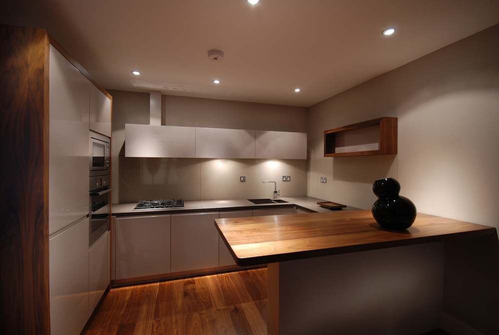 Chelsea – a unique pearlescent kitchen with solid walnut